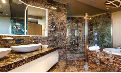 Ванная комната с оригинальным дизайном.