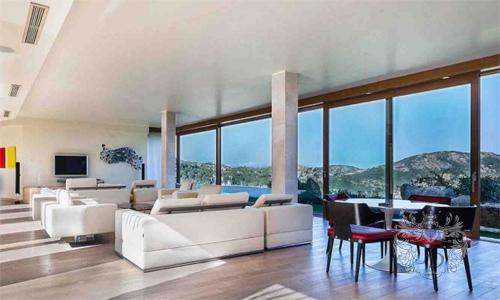 Современная гостинная с панорамными окнами