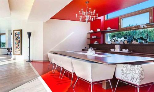 Обеденный стол выгодно отличается от остального дизайна.
